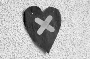 cerotto sul cuore ferito dal tradimento del partner